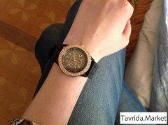 Кварцевые женские часы.