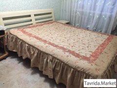 Кровать + прикроватная тумба + матрац.