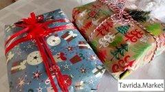 Коробки с новогодней атрибутикой.