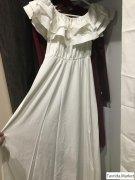 Платье в пол белое.