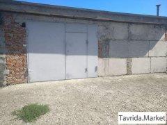большой добротный гараж